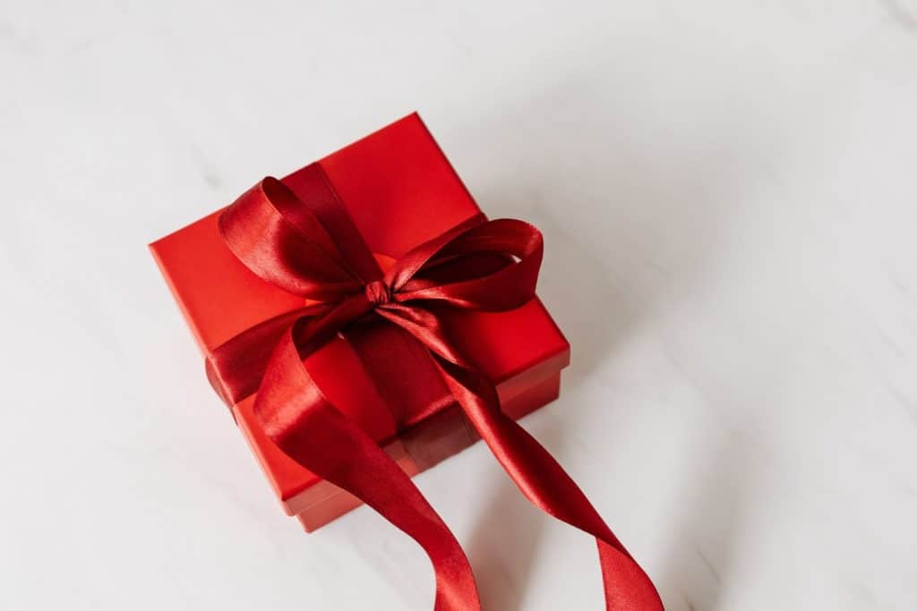 Photo of a gift sign on a gift box